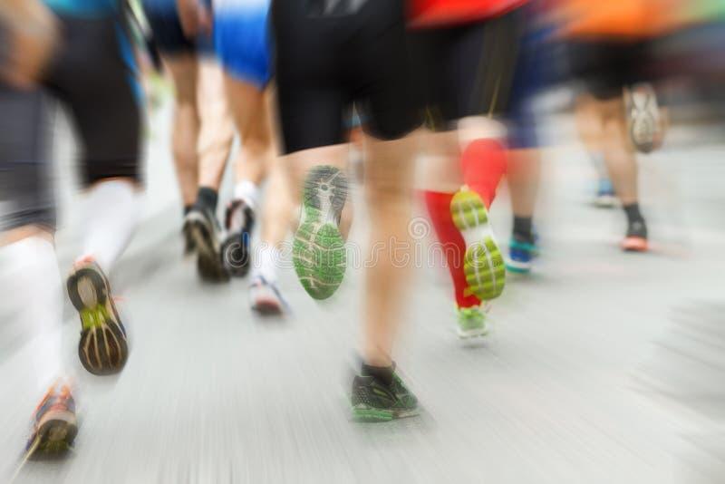Τρέξιμο μαραθωνίου Τα πόδια με το ζουμ εκρήγνυνται την επίδραση στοκ φωτογραφία