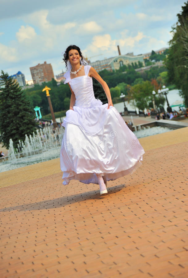 τρέξιμο νυφών στοκ φωτογραφία με δικαίωμα ελεύθερης χρήσης