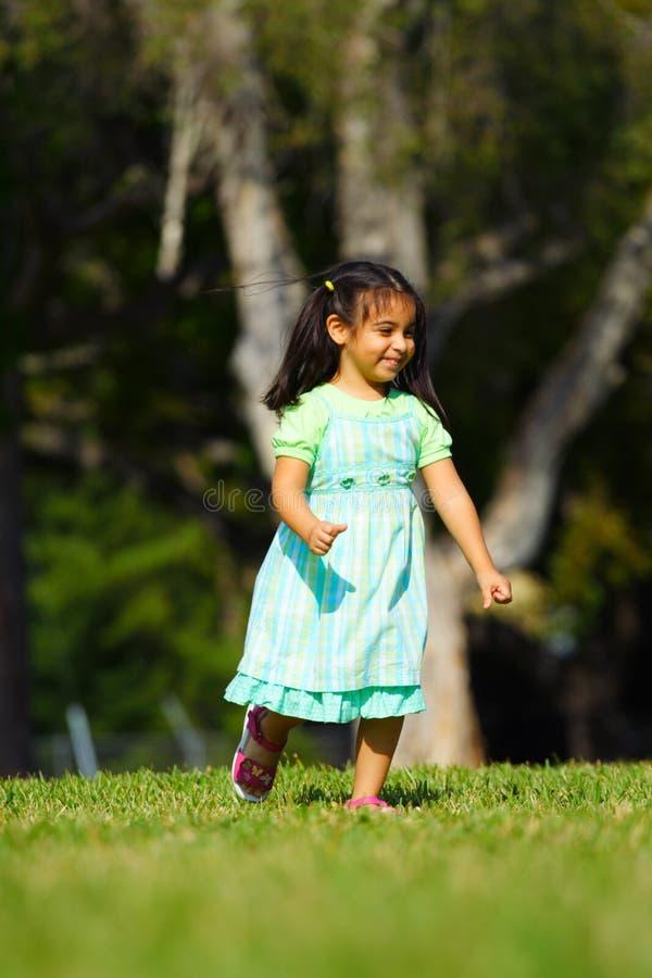 τρέξιμο πάρκων κοριτσιών στοκ εικόνες