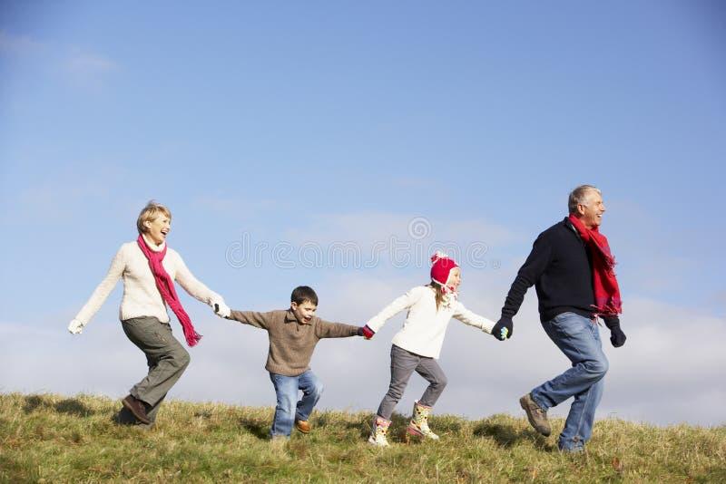 Τρέξιμο παππούδων και γιαγιάδων και εγγονιών στοκ εικόνες με δικαίωμα ελεύθερης χρήσης