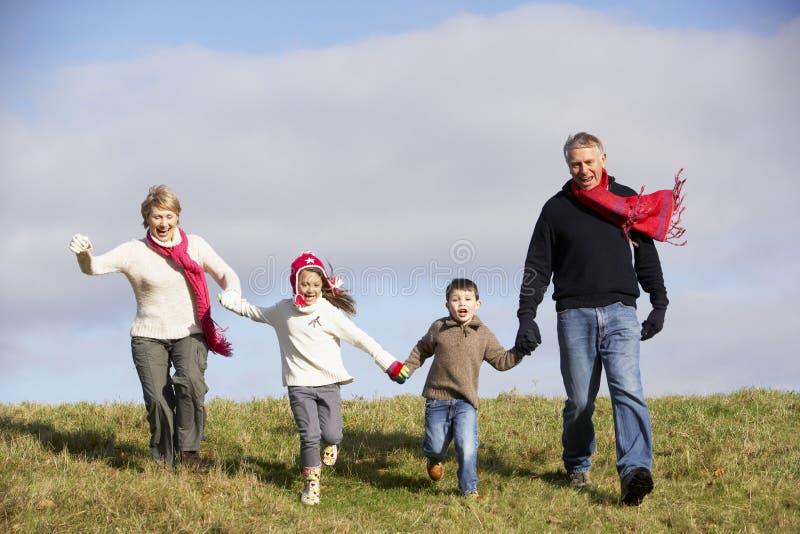 Τρέξιμο παππούδων και γιαγιάδων και εγγονιών στοκ φωτογραφία με δικαίωμα ελεύθερης χρήσης