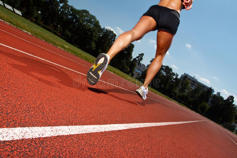 Τρέξιμο σε μια διαδρομή - δυναμική εικόνα στοκ εικόνες