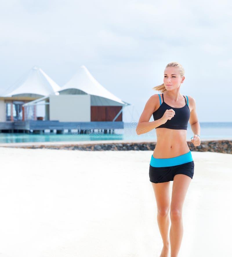Τρέξιμο στην παραλία στοκ εικόνες