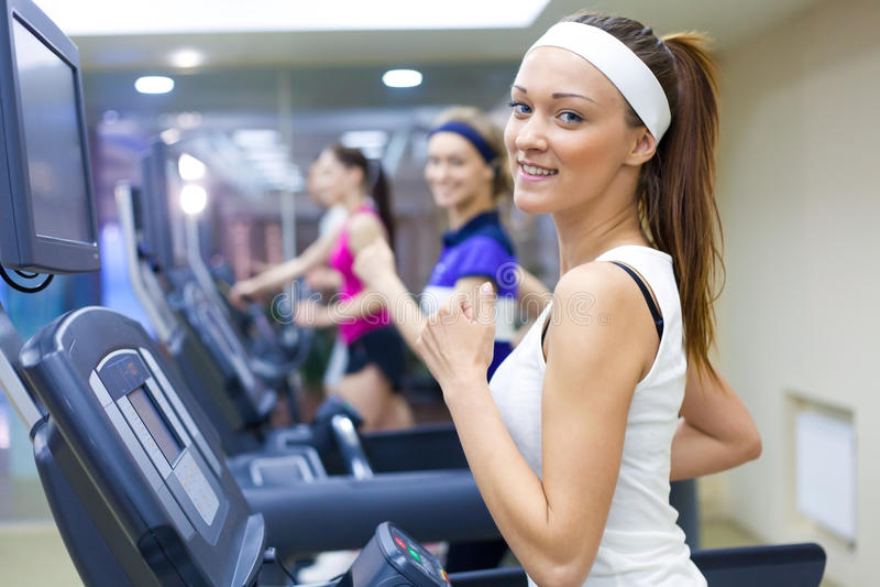 Τρέξιμο στη γυμναστική στοκ φωτογραφία με δικαίωμα ελεύθερης χρήσης