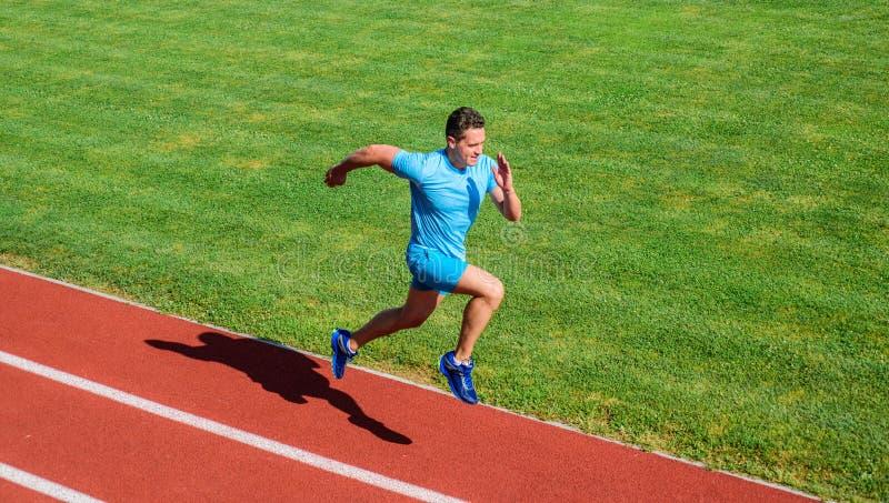 Τρέξιμο στη μορφή Τρέχοντας πρόκληση για τους αρχαρίους Υπόβαθρο χλόης διαδρομής τρεξίματος αθλητών Κατάρτιση Sprinter στη διαδρο στοκ εικόνες με δικαίωμα ελεύθερης χρήσης