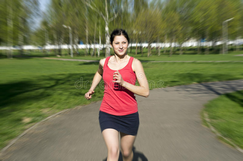 τρέξιμο φύσης κοριτσιών στοκ εικόνα με δικαίωμα ελεύθερης χρήσης