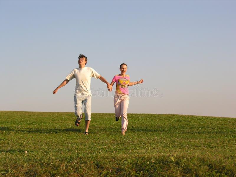 τρέξιμο χλόης ζευγών στοκ φωτογραφίες με δικαίωμα ελεύθερης χρήσης