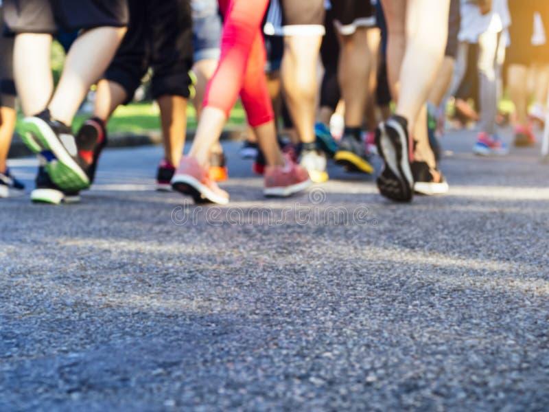 Τρέχοντας άνθρωποι δραστηριότητας μαραθωνίου που οργανώνονται στο πάρκο υπαίθριο στοκ εικόνα