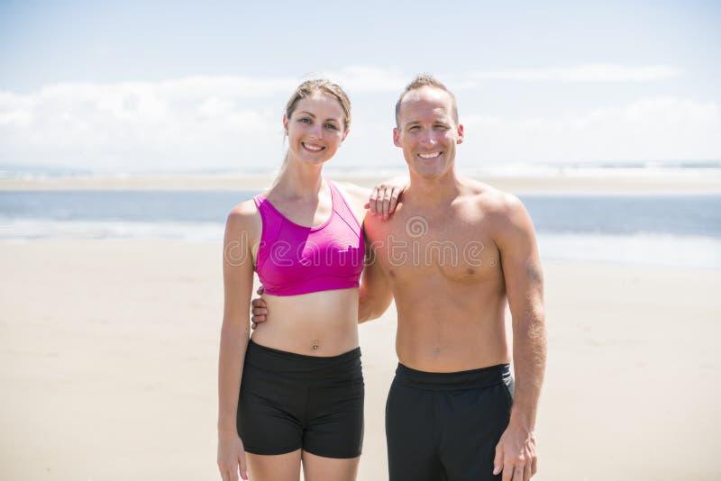 Τρέχοντας άσκηση ζευγών ικανότητας καρδιο στην παραλία στοκ εικόνες