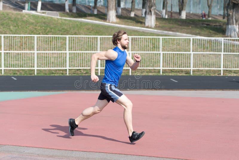 Τρέχοντας άτομο ηλιόλουστο σε υπαίθριο αγωνιστικών χώρων στοκ φωτογραφίες