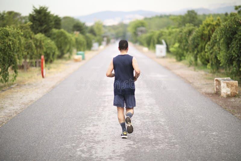 Τρέχοντας άτομο στο πάρκο στοκ φωτογραφίες με δικαίωμα ελεύθερης χρήσης