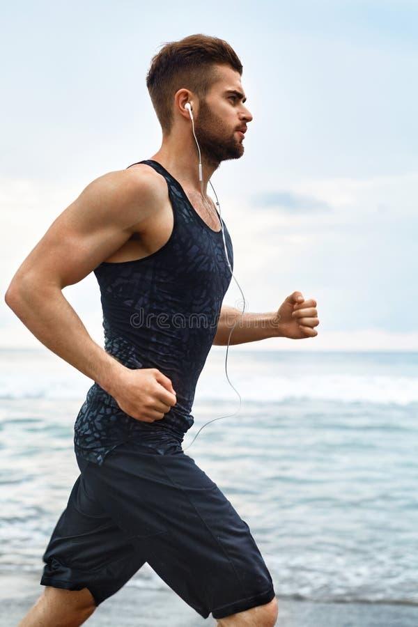 Τρέχοντας άτομο Jogging στην παραλία κατά τη διάρκεια της ικανότητας Workout υπαίθριο αθλητισμός στοκ εικόνες