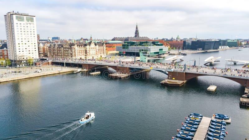 Τρέχοντας αγώνας μαραθωνίου, εναέρια άποψη πολλών δρομέων στη γέφυρα άνωθεν, αγώνας, αθλητικός ανταγωνισμός, μαραθώνιος της Κοπεγ στοκ εικόνα με δικαίωμα ελεύθερης χρήσης