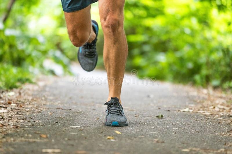 Τρέχοντας αθλητής δρομέων ατόμων workout που υπαίθρια στην πορεία πάρκων πόλεων με το τρέξιμο της κινηματογράφησης σε πρώτο πλάνο στοκ φωτογραφία με δικαίωμα ελεύθερης χρήσης
