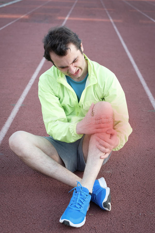 Τρέχοντας αθλητής που αισθάνεται τον πόνο λόγω του τραυματισμένου ποδιού στοκ φωτογραφία με δικαίωμα ελεύθερης χρήσης