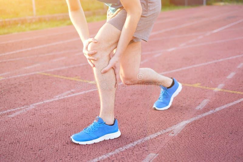 Τρέχοντας αθλητής που αισθάνεται τον πόνο λόγω του τραυματισμένου γονάτου στοκ εικόνα με δικαίωμα ελεύθερης χρήσης