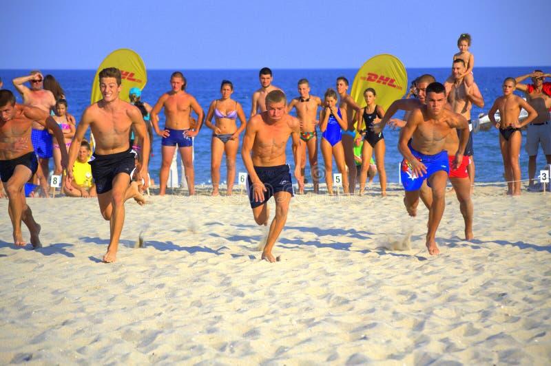 Τρέχοντας ανταγωνισμός παραλιών αγοριών στοκ φωτογραφίες με δικαίωμα ελεύθερης χρήσης