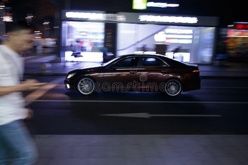 Τρέχοντας αυτοκίνητο τη νύχτα μέσω των οδών στοκ φωτογραφία με δικαίωμα ελεύθερης χρήσης