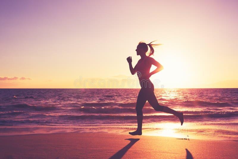 τρέχοντας γυναίκα ηλιοβασιλέματος στοκ εικόνες