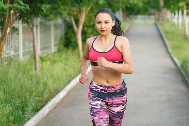 Τρέχοντας γυναίκα Θηλυκός δρομέας Jogging κατά τη διάρκεια υπαίθριου Workout σε ένα πάρκο r Πρότυπο ικανότητας υπαίθρια στοκ φωτογραφία με δικαίωμα ελεύθερης χρήσης