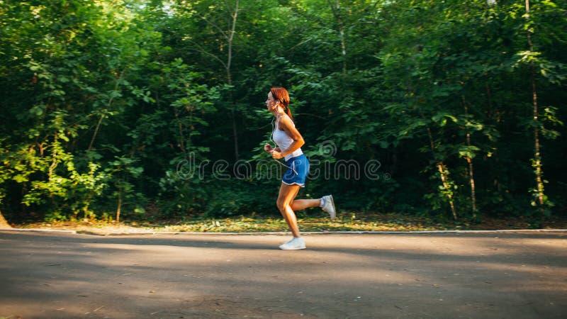 τρέχοντας γυναίκα πάρκων στοκ φωτογραφία με δικαίωμα ελεύθερης χρήσης