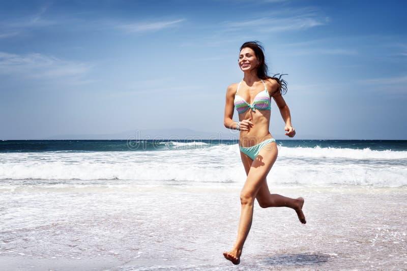 τρέχοντας γυναίκα παραλι στοκ φωτογραφία με δικαίωμα ελεύθερης χρήσης