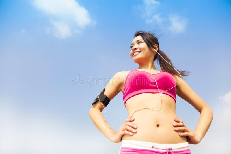 Τρέχοντας γυναίκα που υπαίθρια να ακούσει στη μουσική στοκ φωτογραφίες με δικαίωμα ελεύθερης χρήσης