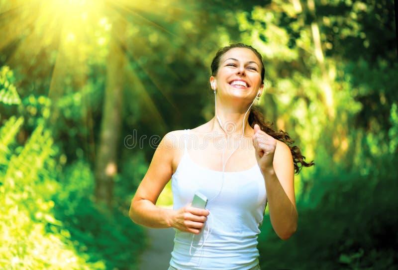 Τρέχοντας γυναίκα υπαίθρια στοκ φωτογραφίες