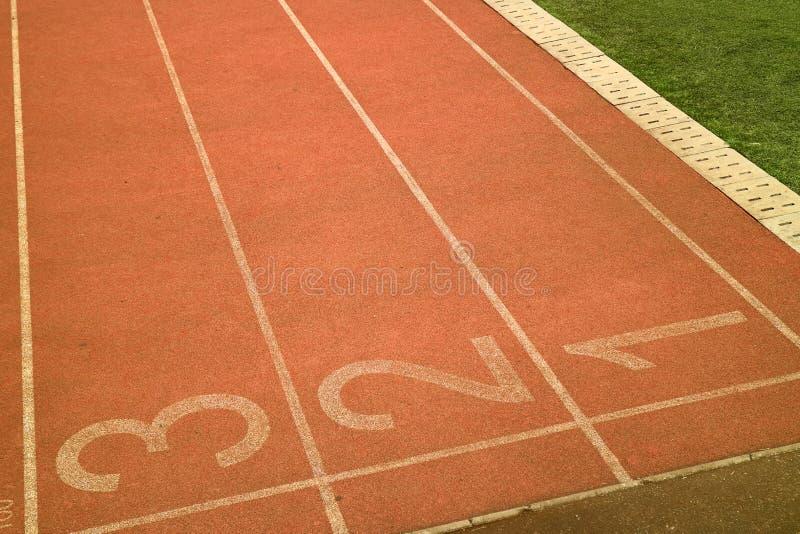 Τρέχοντας διαδρομή γύρω από το αγωνιστικό χώρο ποδοσφαίρου στοκ εικόνες