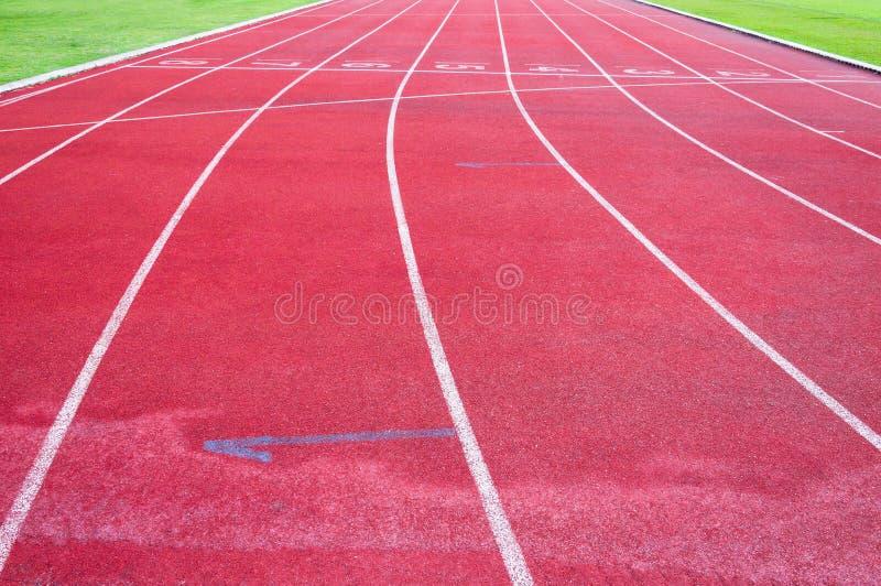 Τρέχοντας διαδρομή και πράσινη χλόη, άμεση τρέχοντας διαδρομή αθλητισμού στο αθλητικό στάδιο στοκ φωτογραφία με δικαίωμα ελεύθερης χρήσης