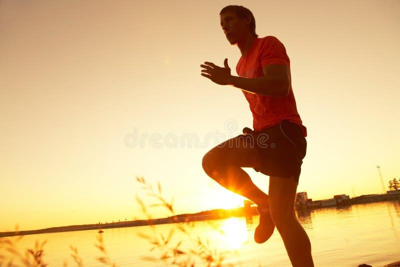 τρέχοντας ηλιοβασίλεμα στοκ φωτογραφία