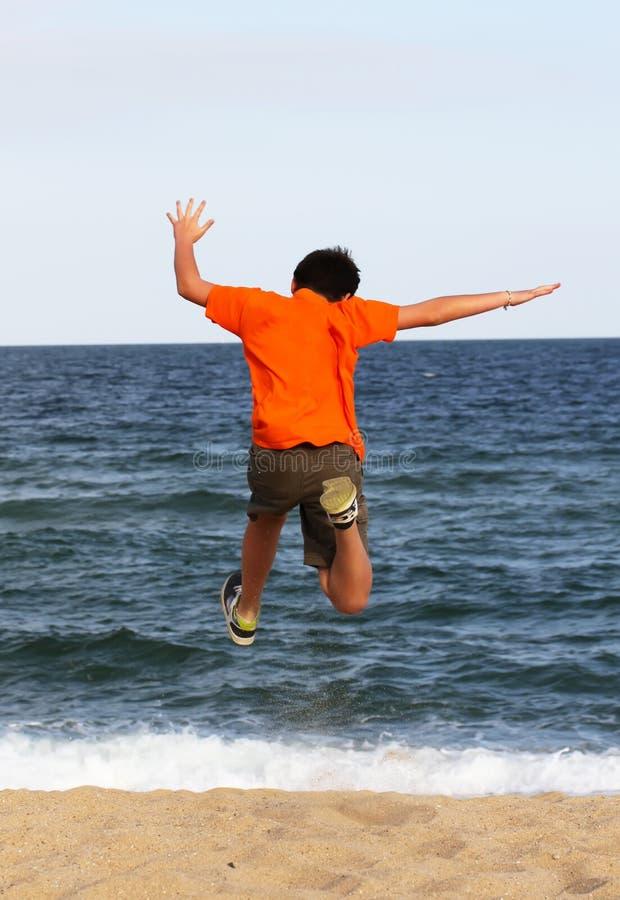 τρέχοντας θάλασσα αγοριώ στοκ εικόνα με δικαίωμα ελεύθερης χρήσης
