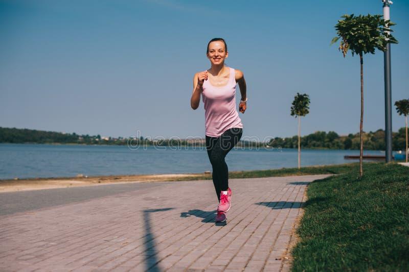 Τρέχοντας κορίτσι στην παραλία στοκ φωτογραφία
