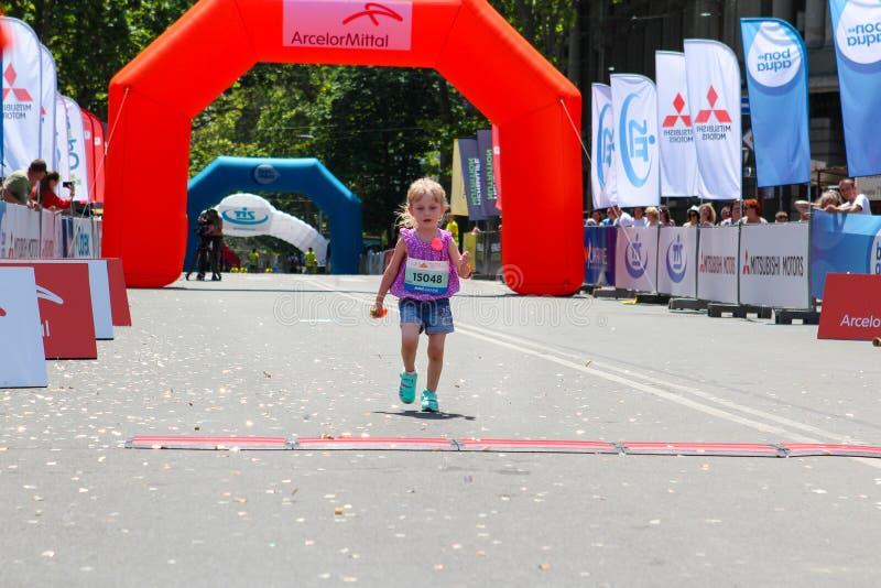 Τρέχοντας μαραθώνιος παιδιών μικρών κοριτσιών στοκ εικόνα με δικαίωμα ελεύθερης χρήσης