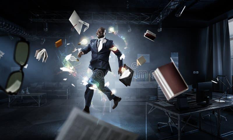 Τρέχοντας μαύρος επιχειρηματίας με το χαρτοφύλακα στοκ εικόνες
