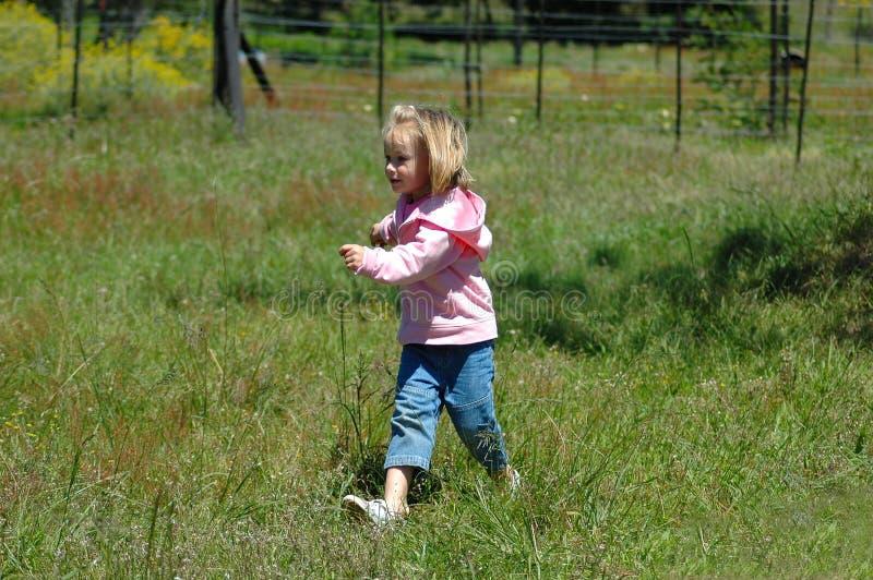 τρέχοντας μικρό παιδί στοκ εικόνες