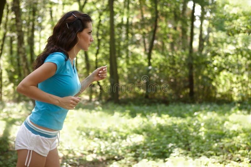 τρέχοντας νεολαίες γυν&alp στοκ εικόνα