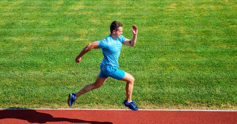 Τρέχοντας πρόκληση για τους αρχαρίους Υπόβαθρο χλόης διαδρομής τρεξίματος αθλητών Κατάρτιση Sprinter στη διαδρομή σταδίων Δρομέας στοκ εικόνες