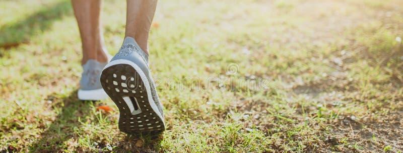 Τρέχοντας πόδια ατόμων έτοιμα για το τρέξιμο στο δημόσιο πάρκο Υγιής τρόπος ζωής και αθλητισμός Έμβλημα με το διάστημα αντιγράφων στοκ φωτογραφία