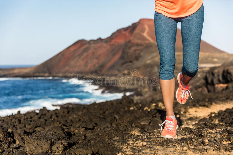 Τρέχοντας πόδια και παπούτσια δρομέων γυναικών αθλητών ιχνών στοκ εικόνες