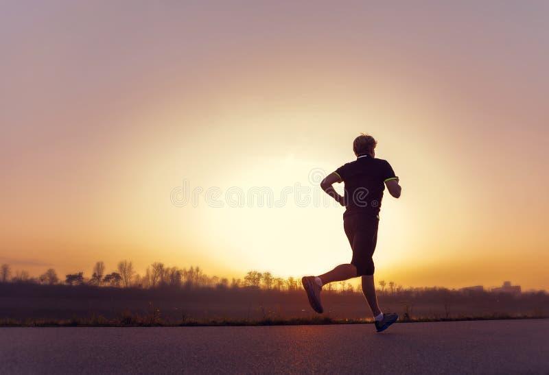 Τρέχοντας σκιαγραφία ατόμων στο χρόνο ηλιοβασιλέματος στοκ φωτογραφίες με δικαίωμα ελεύθερης χρήσης