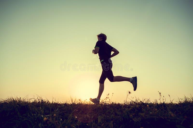 Τρέχοντας σκιαγραφία ατόμων στο χρόνο ηλιοβασιλέματος στοκ φωτογραφία με δικαίωμα ελεύθερης χρήσης