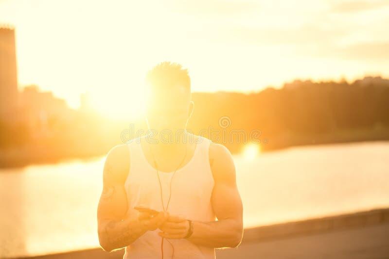 Τρέχοντας σκιαγραφία ιχνών αθλητών ενός δρομέα ατόμων στο sunri ηλιοβασιλέματος στοκ φωτογραφία με δικαίωμα ελεύθερης χρήσης