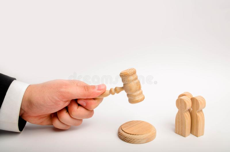 Τρία άτομα και ένα σφυρί του δικαστή Η δοκιμή των περιπτώσεων στο δικαστήριο, το ψήφισμα μιας διαφωνίας μεταξύ δύο ανθρώπων Επιχε στοκ εικόνα με δικαίωμα ελεύθερης χρήσης