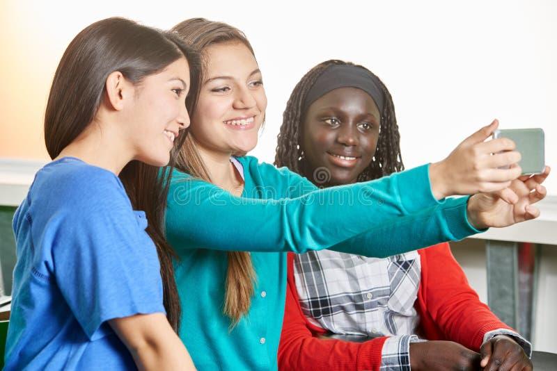 Τρία έφηβη που παίρνουν ένα selfie στοκ φωτογραφία με δικαίωμα ελεύθερης χρήσης