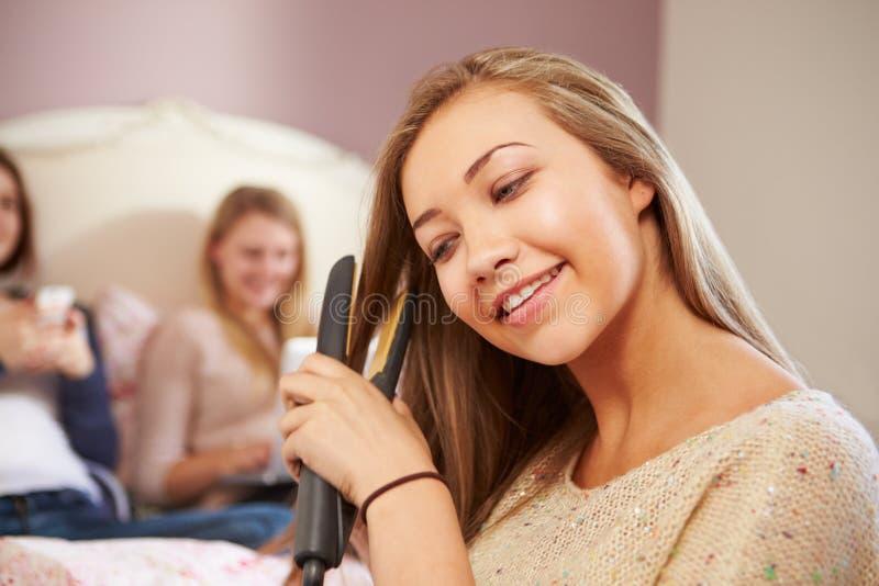 Τρία έφηβη που χαλαρώνουν στην κρεβατοκάμαρα από κοινού στοκ εικόνα