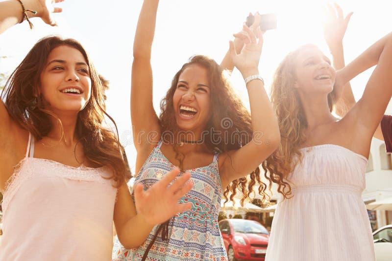 Τρία έφηβη που χορεύουν υπαίθρια ενάντια στον ήλιο στοκ εικόνα με δικαίωμα ελεύθερης χρήσης