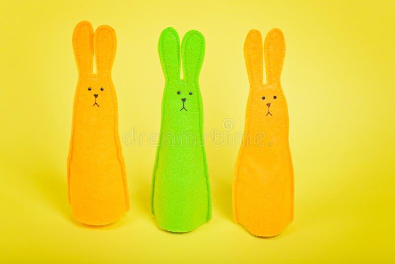Τρία λαγουδάκια Πάσχας σε κίτρινο στοκ εικόνα με δικαίωμα ελεύθερης χρήσης