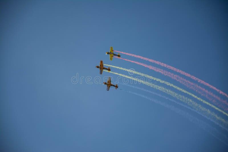 Τρία αεροπλάνα που κάνουν κάποιο ακροβατικό αέρα να παρουσιάσει στοκ εικόνες