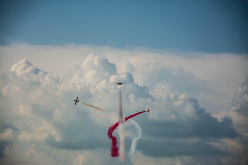 Τρία αεροπλάνα που κάνουν τον αέρα να παρουσιάσει στην ΠΡΟΚΑΤΑΛΗΨΗ στοκ φωτογραφίες